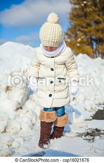 mignon, gros plan, hiver, ensoleillé, peu, neige, amusement, girl, avoir, jour, heureux - csp16021676