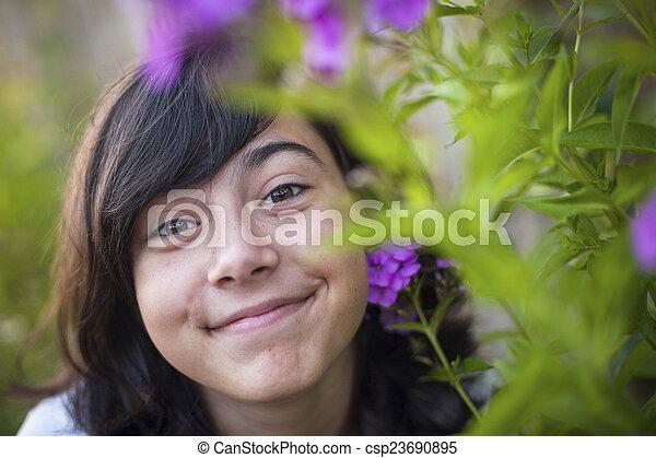 mignon, gros plan, jeune, park., portrait, girl - csp23690895