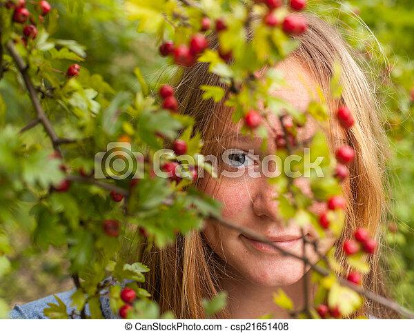 mignon, parc, jeune, entre, shrubs., hid, girl, fleurir - csp21651408