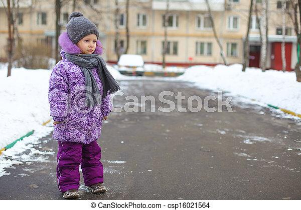 mignon, peu, extérieur, hiver, ensoleillé, marche, neige, girl, jour, heureux - csp16021564