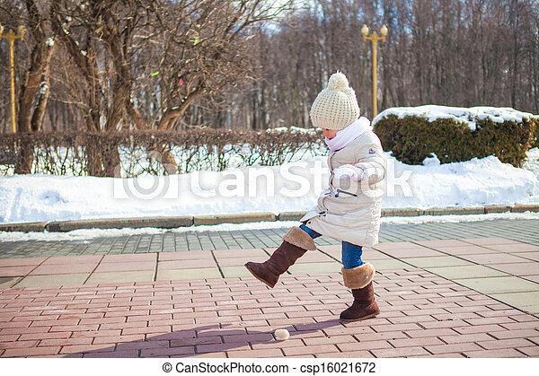 mignon, peu, hiver, dehors, ensoleillé, promenades, girl, jour - csp16021672