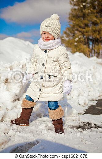 mignon, peu, hiver, ensoleillé, neige, jour, amusement, girl, avoir, heureux - csp16021678