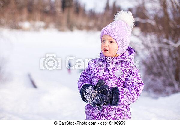 mignon, peu, hiver, ensoleillé, neige, portrait, girl, jour, heureux - csp18408953