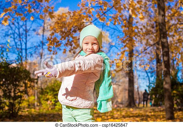 mignon, peu, pré, ensoleillé, automne, automne, girl, jour - csp16425847