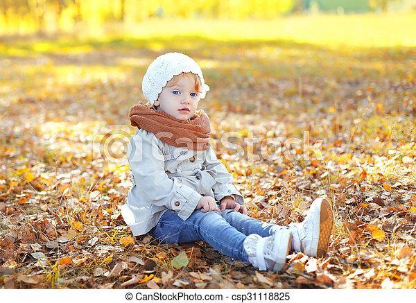 mignon, peu, séance, feuilles, jaune, automne, enfant, girl, jour - csp31118825