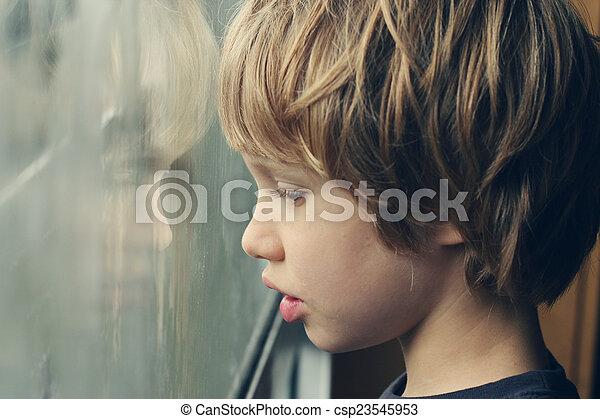 mignon, vieux, garçon, années, regarder, fenêtre, par, 6 - csp23545953