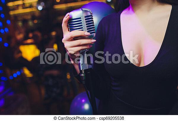mikrofon, dzierżawa, przeciw, ręka, tło., jednorazowy, retro, samica, barwny - csp69205538