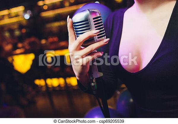mikrofon, dzierżawa, przeciw, ręka, tło., jednorazowy, retro, samica, barwny - csp69205539