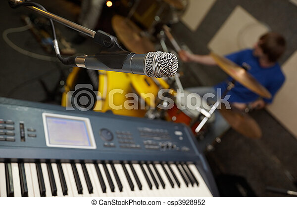mikrophon, schlagzeugspieler, synthesizer., fokus, heraus - csp3928952