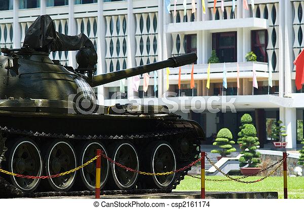 Un viejo tanque en el palacio de reuinificación de la ciudad - csp2161174
