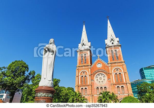 Saigón Notre Catedral de Dama Basílica en la ciudad de Ho Chi Minh, Vietnam - csp35267943