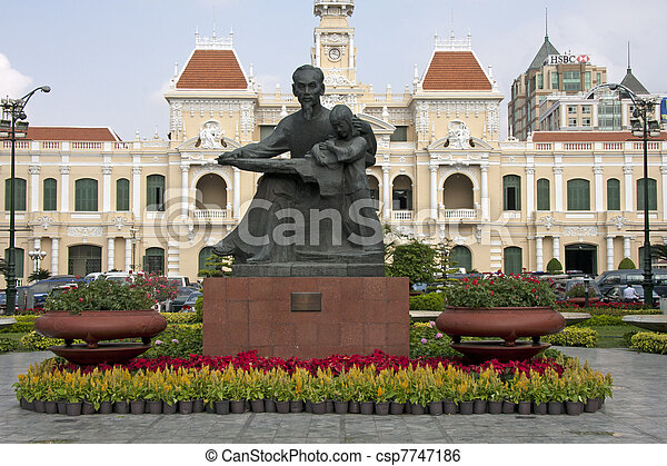 Estatua de ho chi minh y el edificio del comité, saigon - csp7747186