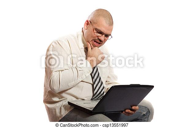 Un hombre preocupado mirando la computadora - csp13551997