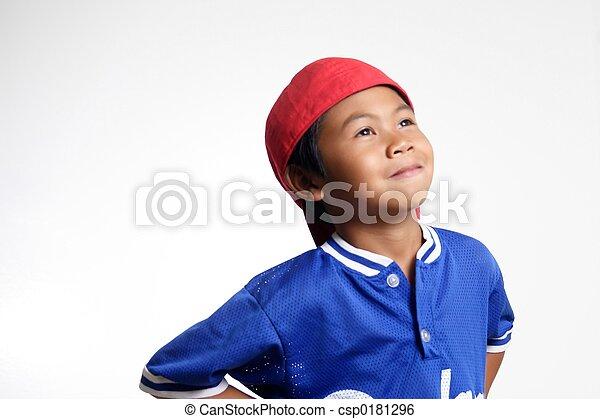 Un chico feliz mirando hacia arriba - csp0181296