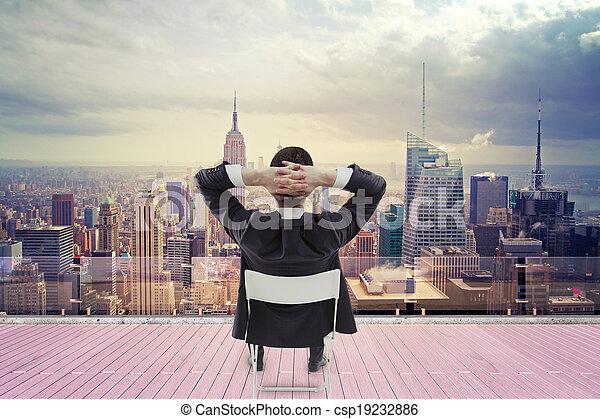Hombre de negocios mirando la ciudad - csp19232886