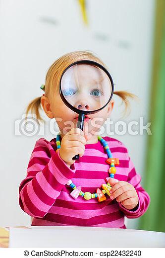 mirar, lupa, niña, bebé, por - csp22432240