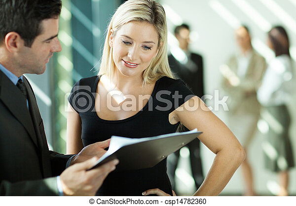 Empresario y mujer de negocios mirando el documento - csp14782360