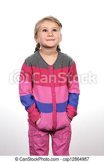 Una niña mirando hacia arriba - csp12864987