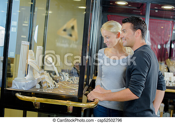 Una pareja mirando las joyas - csp52502796