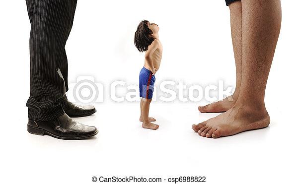 Un niño pequeño está mirando las piernas gigantes de dos hombres, hombres de negocios y uno descalzo - csp6988822