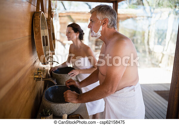 miroir, couple, regarder, petite maison - csp62158475
