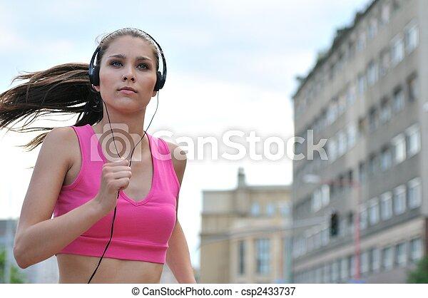 misic, ville, jeune personne, courant, rue, écoute - csp2433737
