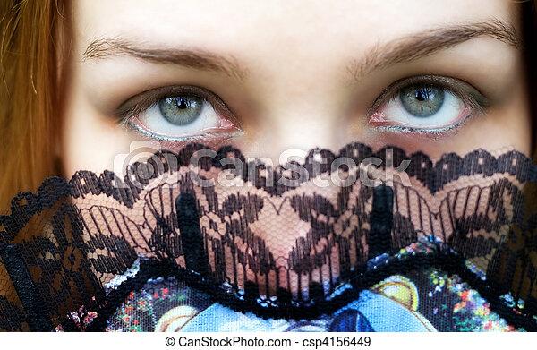 Mujer misteriosa con ojos verdes intensos - csp4156449
