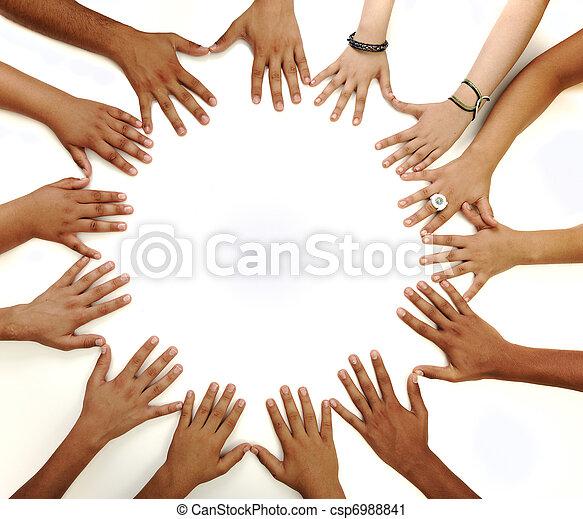 Empfängtes Symbol für multiraziale Kinderhände, die einen Kreis auf weißem Hintergrund mit einem Kopierraum in der Mitte bilden - csp6988841