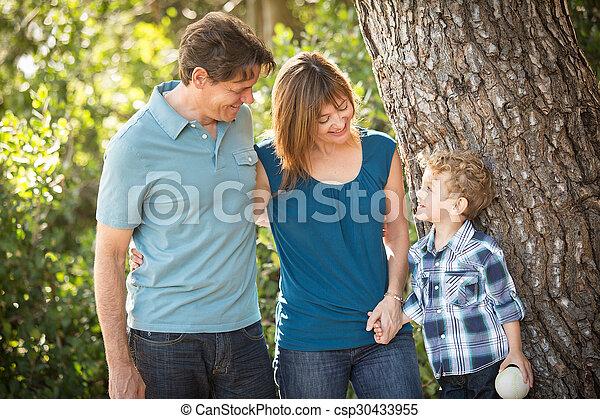 mláde rodinný, šťastný - csp30433955