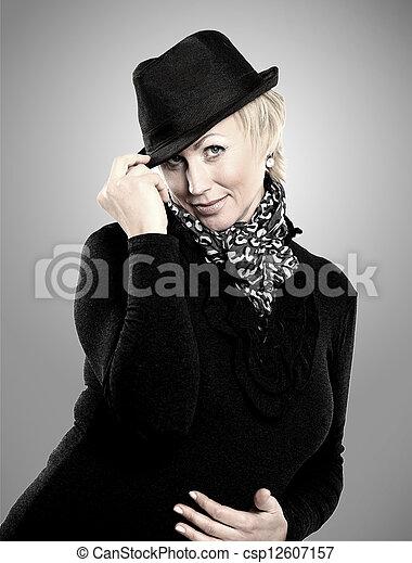 Portrait einer schönen weiblichen Mo - csp12607157