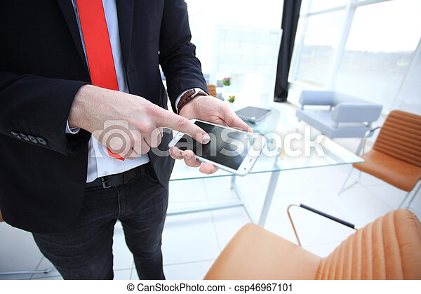 Bureau mobile grand écran haut verre noir fenetres
