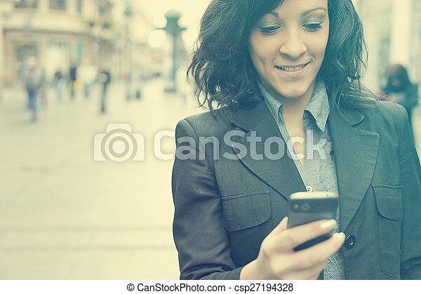 mobiltelefon, vandrande, kvinna, gata - csp27194328