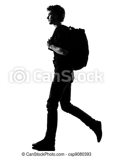Hombre joven silueta mochilero caminando - csp9080393