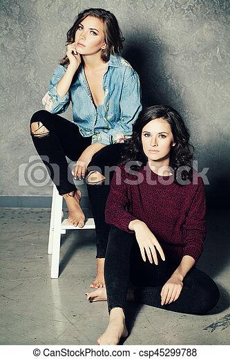 modèle, mode, deux femmes - csp45299788