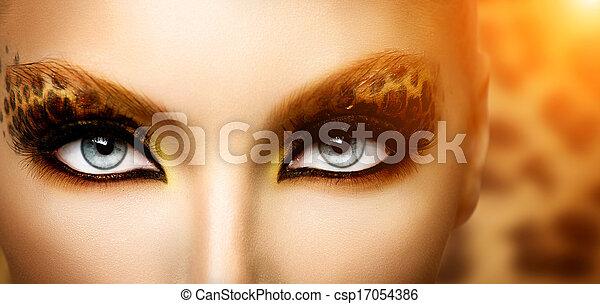 Una modelo de belleza con maquillaje de leopardo - csp17054386