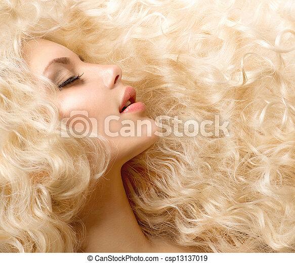 Pelo rizado. Chica de moda con cabello largo y saludable - csp13137019