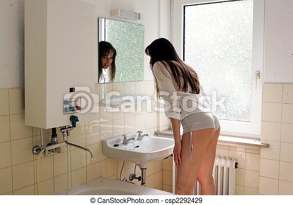 Model badkamer het kijken badkamer vrouw oud spiegel