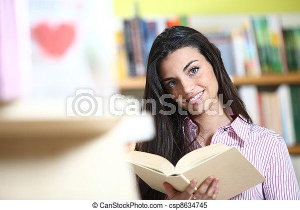 model, vrouwelijke student, -, het kijken, boekhandel, camera., handen, het glimlachen, boek - csp8634745