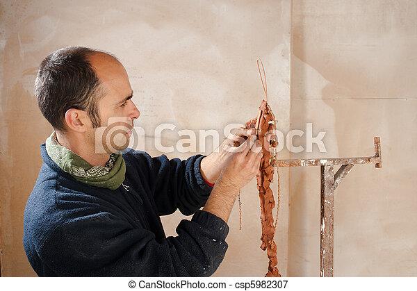 Artista modelando arcilla - csp5982307