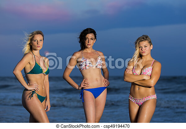 5db0cc491f63 Modelos, biquíni, praia. Amigos, desfrutando, praia, dia.