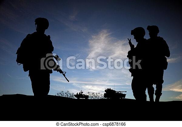 Moderne Tagessoldaten im Nahen Osten, Silhouette vor Sonnenuntergang mit Fahrzeugen im Hintergrund - csp6878166