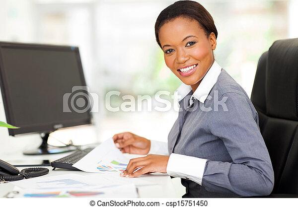 Un joven trabajador de oficina africana en la oficina moderna - csp15751450