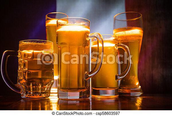 modifié tonalité, pays, concept., soutien, lunettes bière, créatif, sombre, drapeau, fond, table, brumeux, brouillé, ton, france., vue - csp58603597