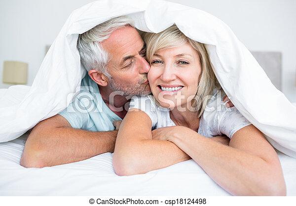 mogna, kind, närbild, kyssande, womans, man, säng - csp18124498