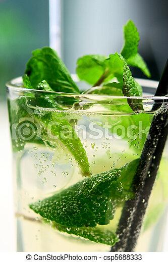 mojito, closeup, bulles, cocktail, air - csp5688333