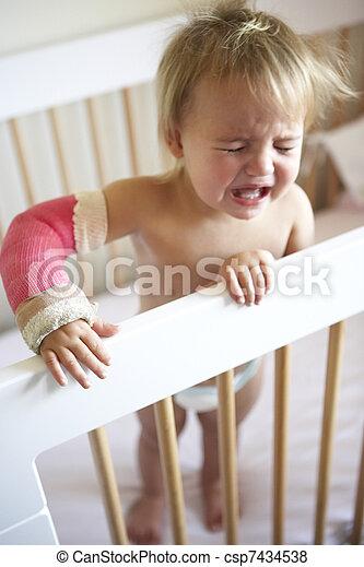 Llorando de niño con el brazo enyesado - csp7434538