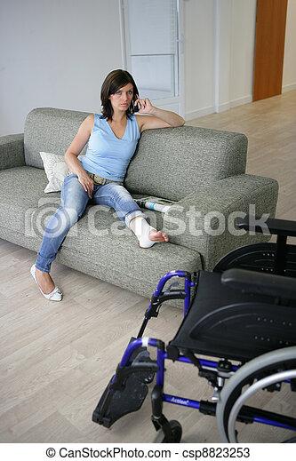 Una mujer con la pierna enyesada - csp8823253