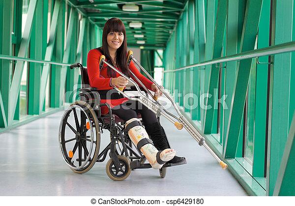 Mujer con piernas castradas - csp6429180