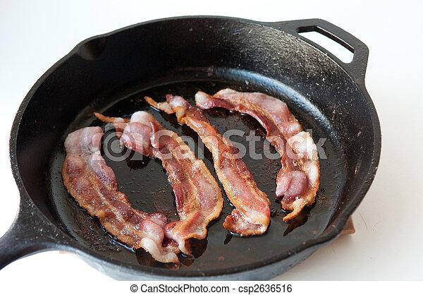 Bacon en la sartén de hierro fundido - csp2636516