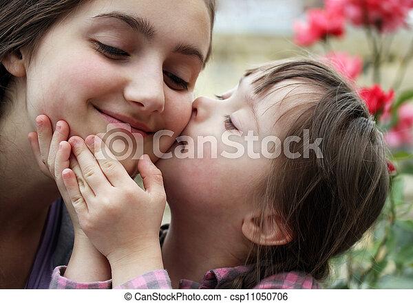 Momentos familiares felices, madre e hijo, diviértete. - csp11050706
